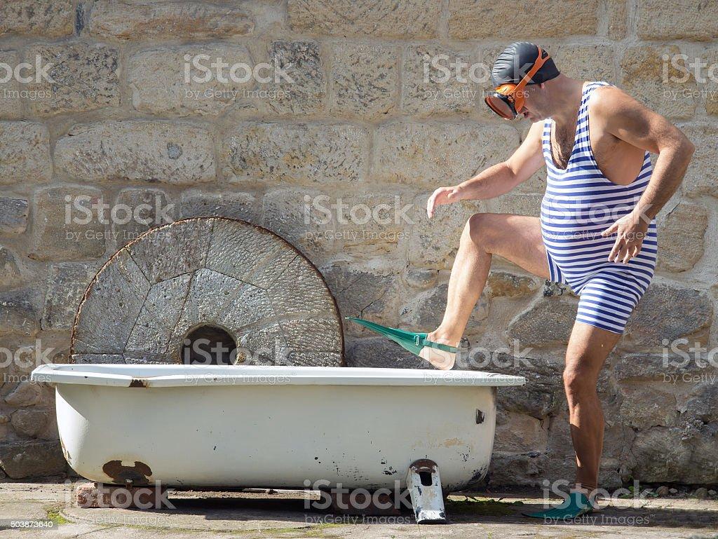 Homme avec masque et tuba-vous dans la baignoire en plein air - Photo