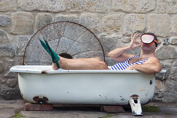 Homme avec masque et tuba vous détendant dans la baignoire - Photo