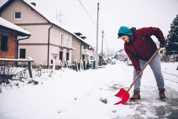 人與雪鏟子 - 鏟 個照片及圖片檔