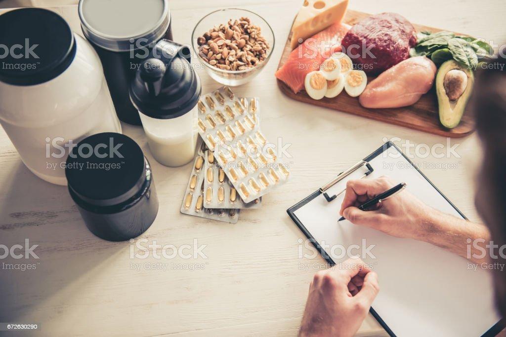 Hombre con nutrición deportiva - foto de stock