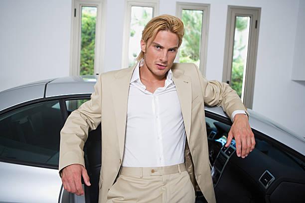 mann mit sports car - 1m coupe stock-fotos und bilder