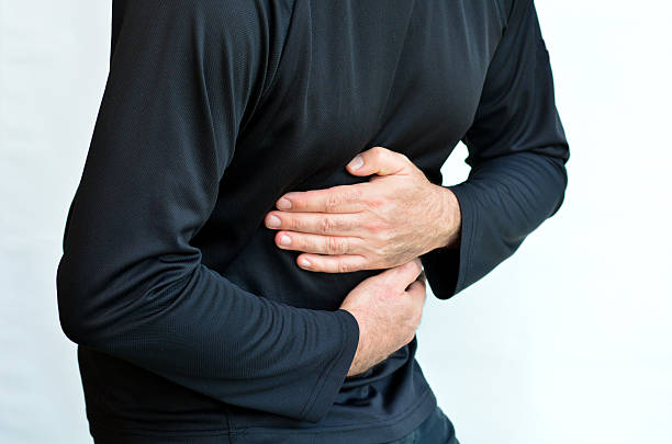 homem com dor de estômago - vesicula biliar - fotografias e filmes do acervo