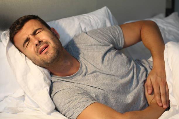 Homem com o sofrimento de dor de estômago - foto de acervo