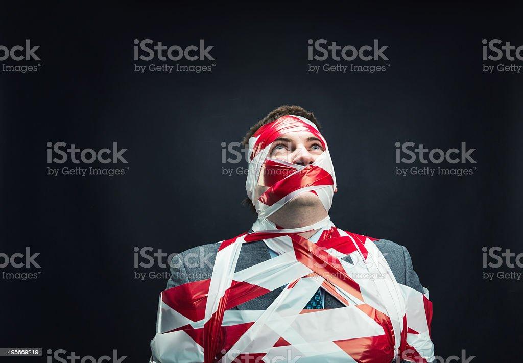 Mann mit gestreifter Isolierband über Körper – Foto