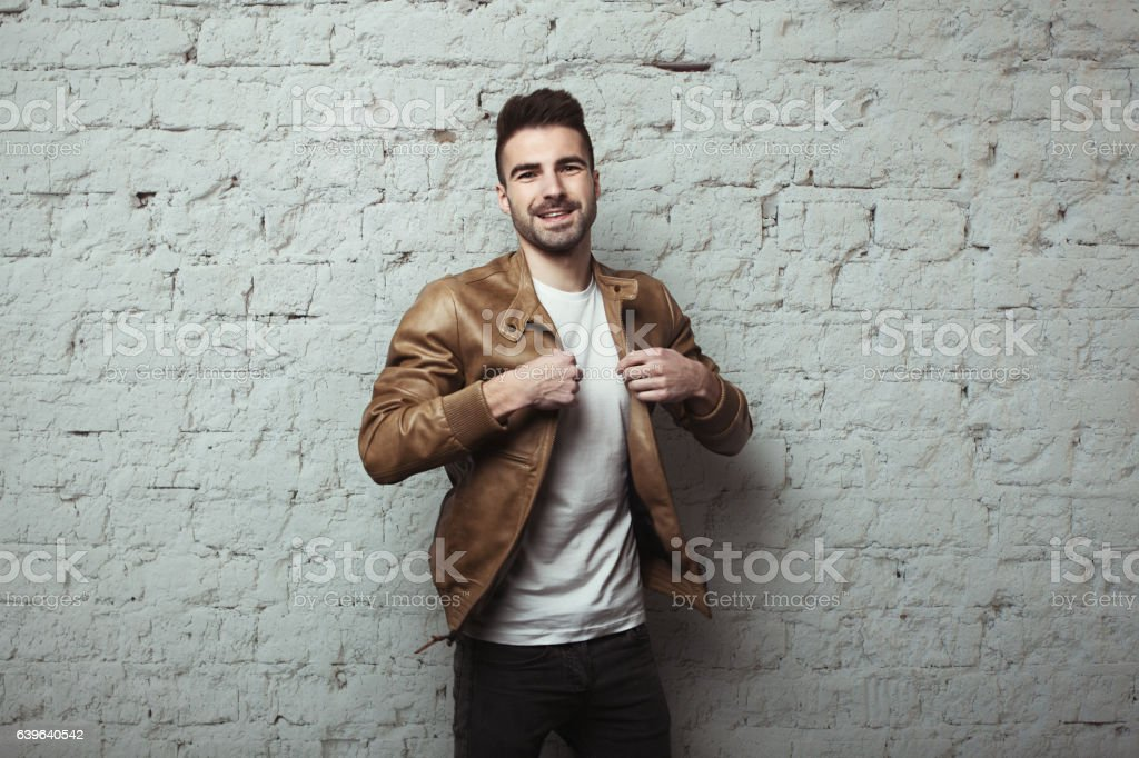 Man with stubble wearing leather jacket and t-shirt – Foto