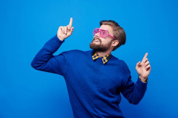 撮影スタジオでダンスのサングラスをかけた男 - エキセントリック ストックフォトと画像