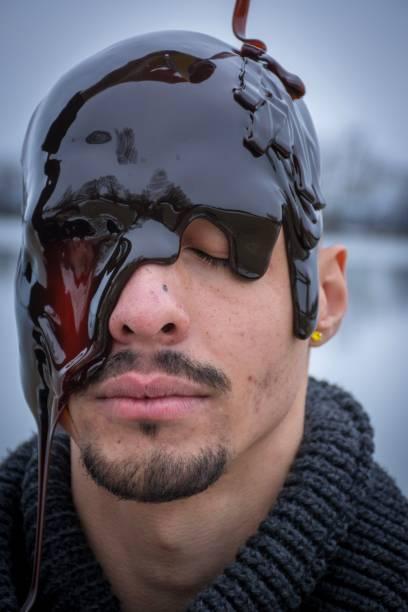 Mann mit Sirup auf dem Kopf – Foto