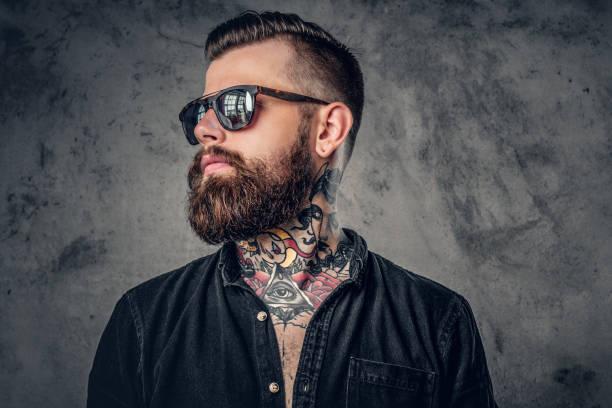 ein mann mit tattoos auf den armen. - modedetails stock-fotos und bilder