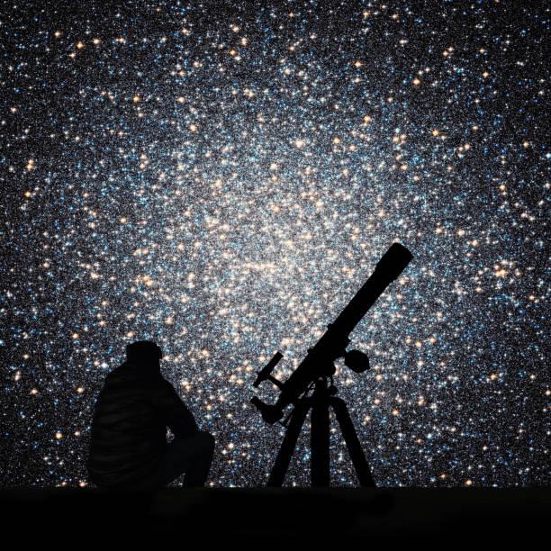 man med teleskop tittar på stjärnorna. klotformig stjärnhop omega centauri i stjärnbilden kentauren - centaurus bildbanksfoton och bilder