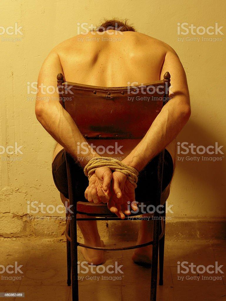 Hombre con las manos vinculados - foto de stock