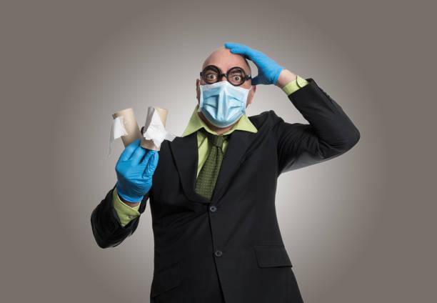 hombre con papel higiénico - studioimagen73 fotografías e imágenes de stock