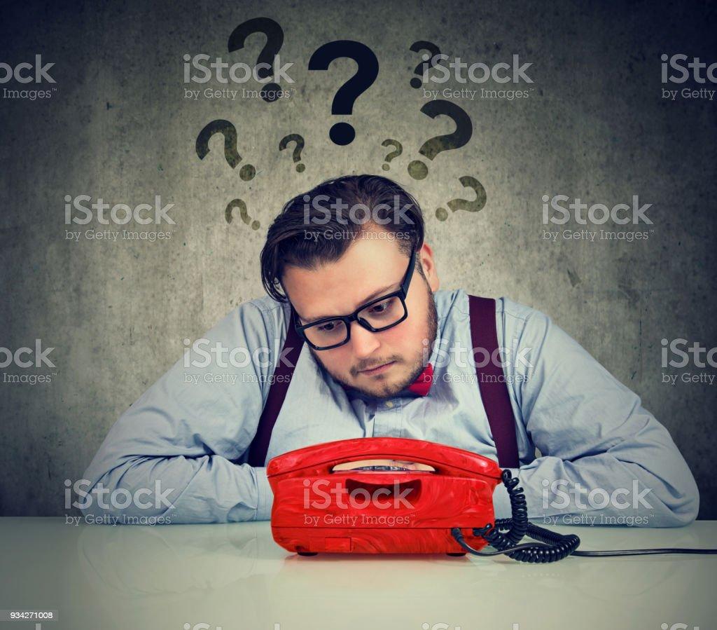 homme avec trop de questions attend un appel - Photo