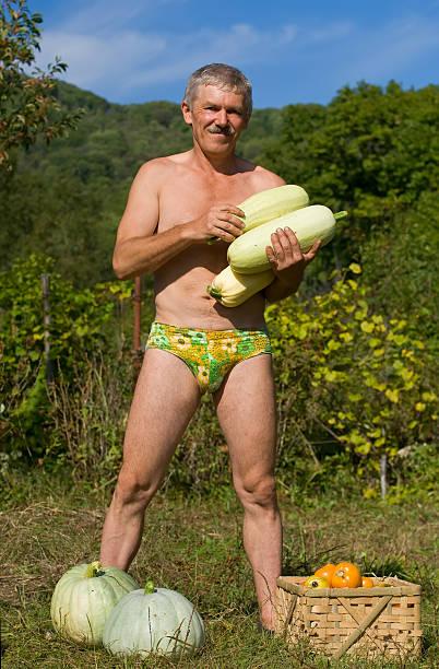 Hombre con verduras Marrows - foto de stock