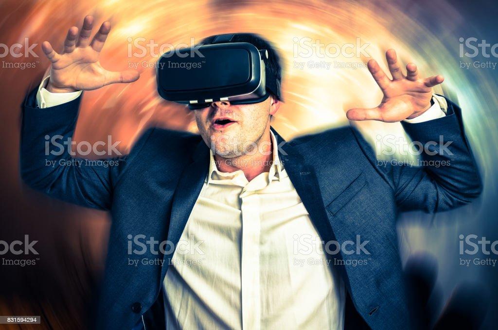 Hombre Con Gafas De Realidad Virtual Es Jugar Juegos En 3d