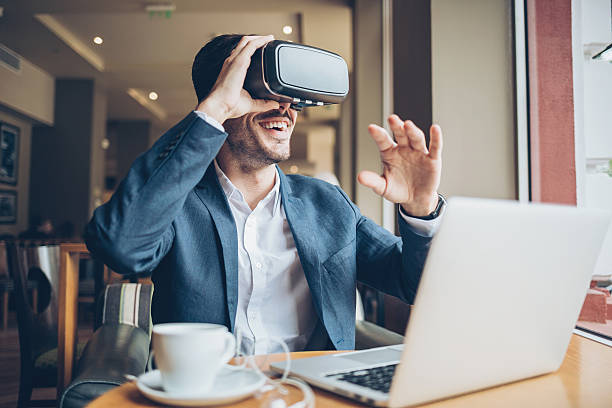 Homme avec casque de réalité virtuelle - Photo