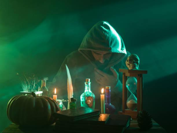 Mann mit tragen einen Kapuzenmantel, Magie für Halloween – Foto