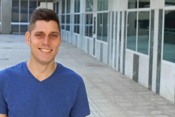 mann mit gelben zähnen plaque - dunkle flecken entferner stock-fotos und bilder