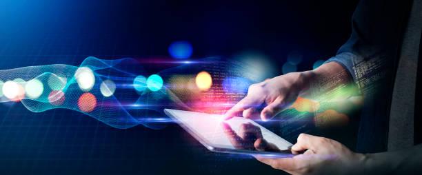 man arbetar hemifrån livsstil, digital marknadsföring iot internet of thing framtida ai-teknik smart enhet tablett system, man med tablett surfa internet med futuristisk bakgrund - koncept bildbanksfoton och bilder