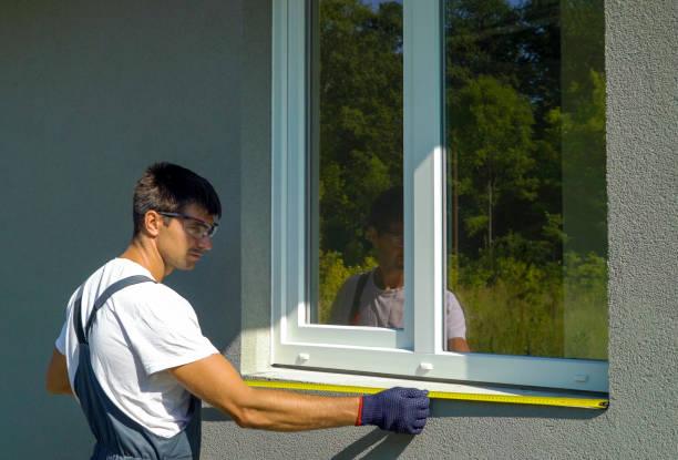 mann-arbeiter in sicherheitsgläser, die oberfläche für pvc anlage metall fensterbrettes reinigung - fenster einbauen stock-fotos und bilder