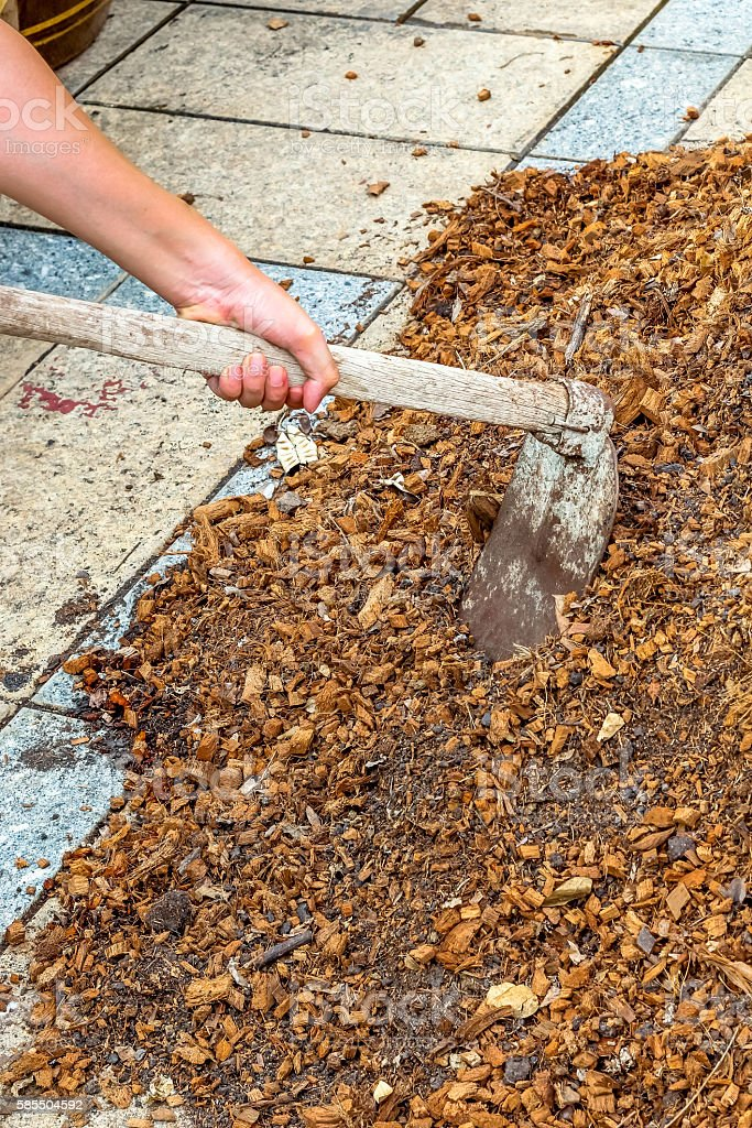 man worker using hoe equipment on the soil clay dirt - foto stock