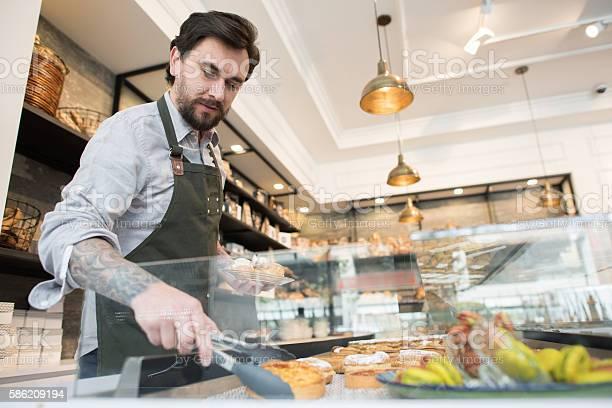 Man working at a bakery picture id586209194?b=1&k=6&m=586209194&s=612x612&h=c0pz7nyrwfezfn8popspwtejfotgnv3v8aa4byd6jx0=