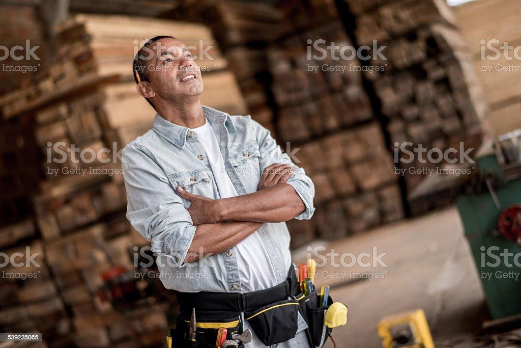 Hombre trabajando en un carpintería foto de stock libre de derechos