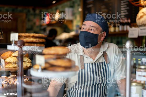 Man working at a coffee shop wearing a facemask picture id1223488572?b=1&k=6&m=1223488572&s=612x612&h=olbwgorctfkzcaqdopgdlfpc2a dttg3fgnhr6fy09g=