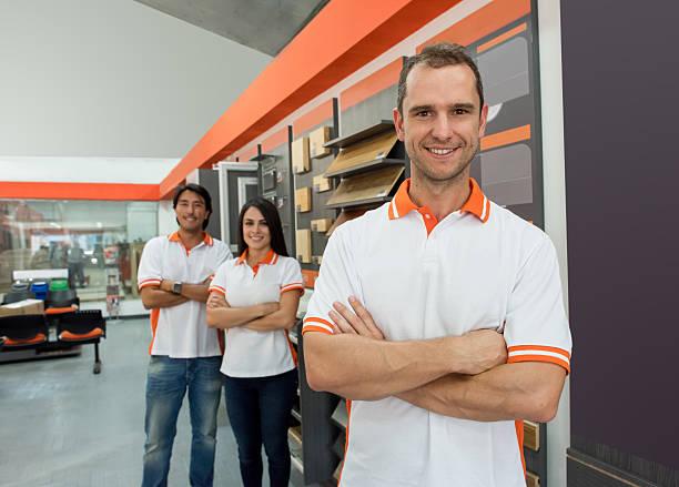 man working at a flooring store - laminat günstig stock-fotos und bilder