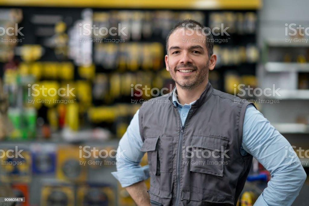 Mann arbeitet im Baumarkt – Foto