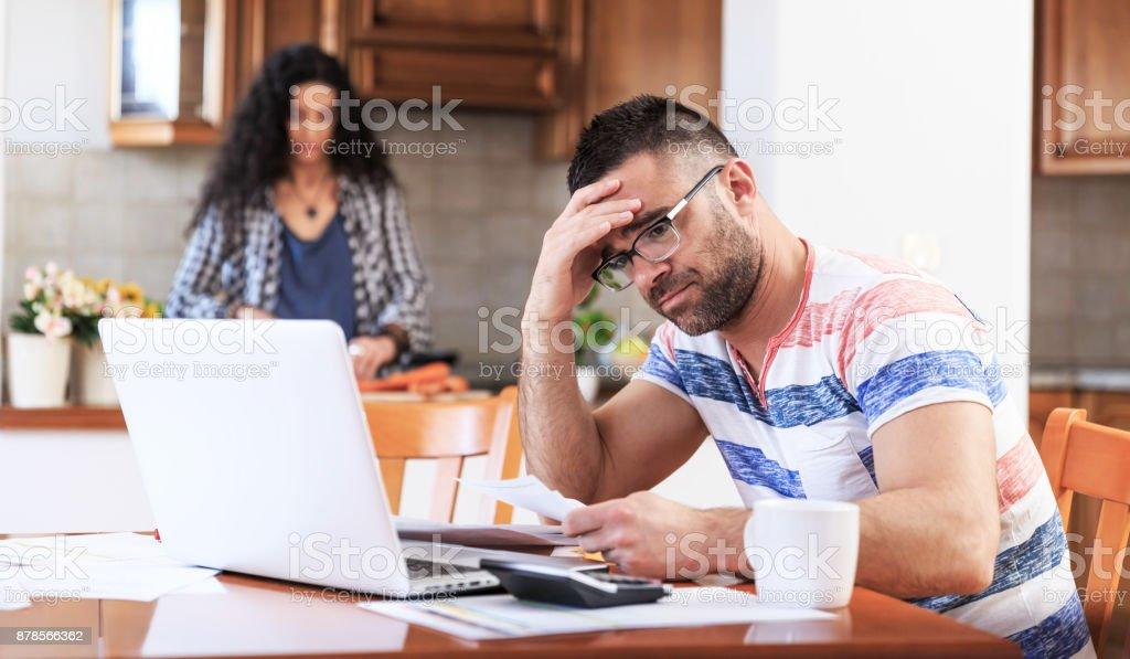 Homme travaillant à la maison, des problèmes - Photo