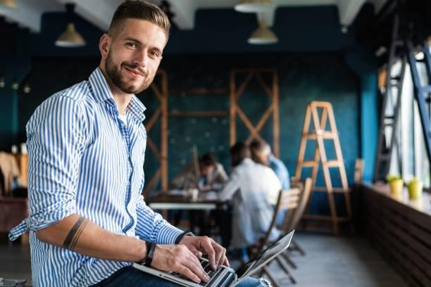 Mann arbeitet am Laptop in zeitgenössischem Büro – Foto
