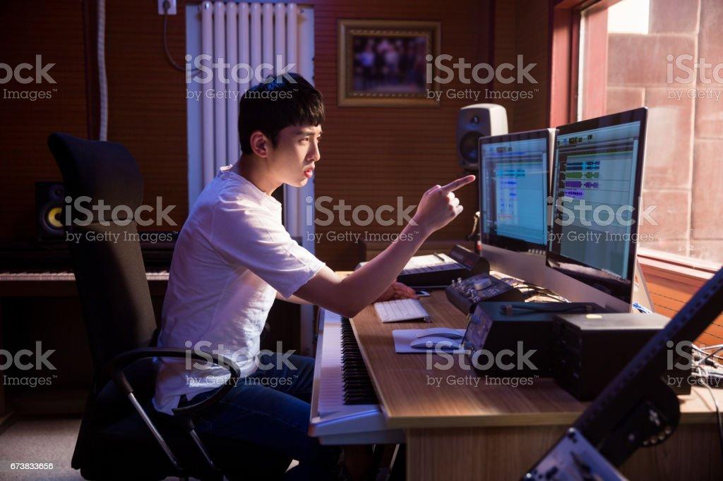 Bir kayıt stüdyosu panelinde karıştırma çalışan adam royalty-free stock photo