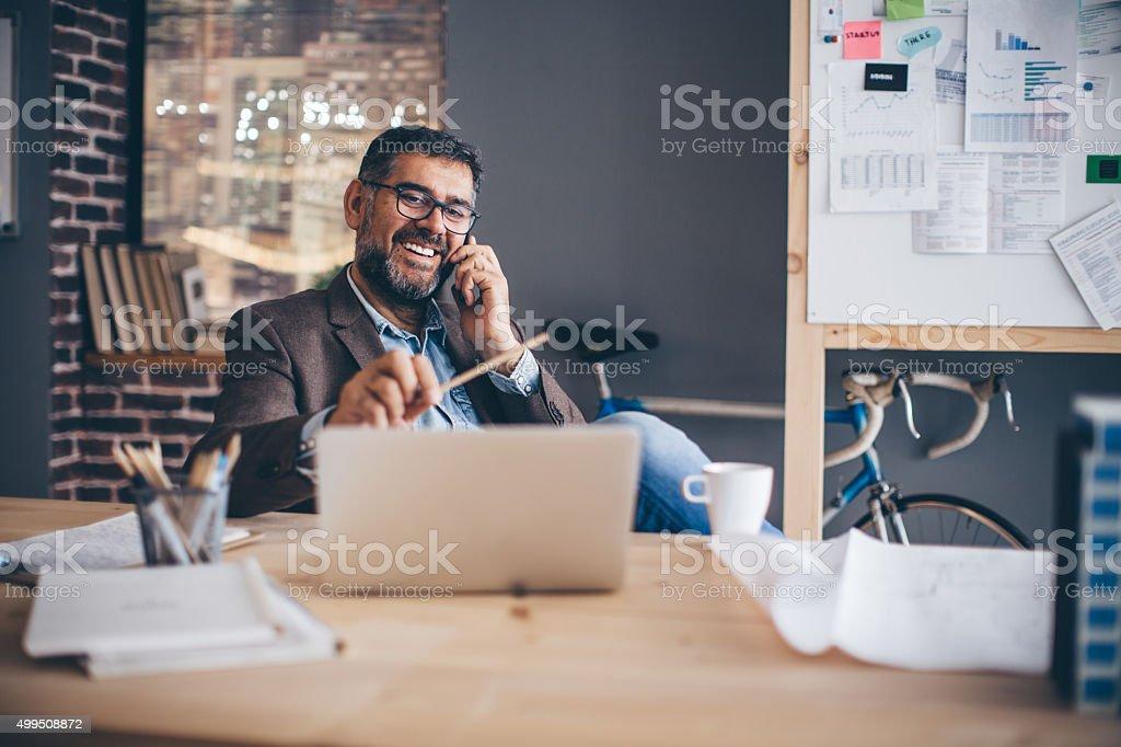 Homme travaillant sur bureau moderne stock photo libre de droits