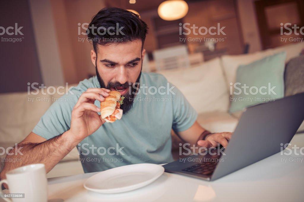 Mann arbeitet von zu Hause aus am computer – Foto