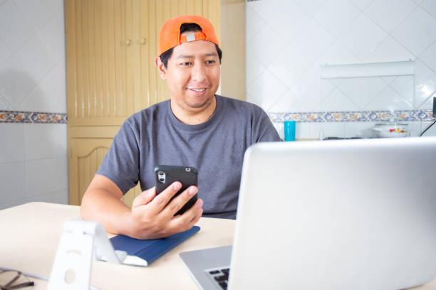 hombre trabajando desde casa - gerardo huitrón fotografías e imágenes de stock
