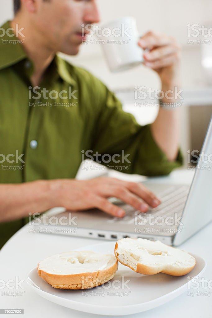 집에서 일하는 남자 royalty-free 스톡 사진