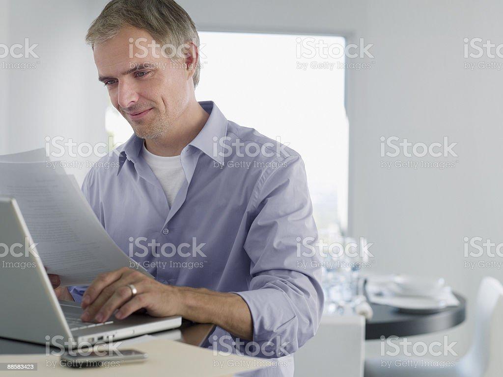 Homme travaillant de la maison photo libre de droits