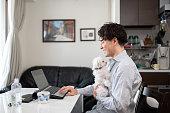ペットと一緒に家で働く男