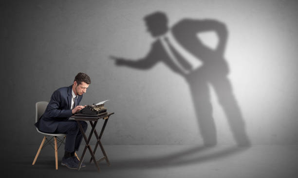 hombre trabajando duro y sombra discutir con él - mandón fotografías e imágenes de stock