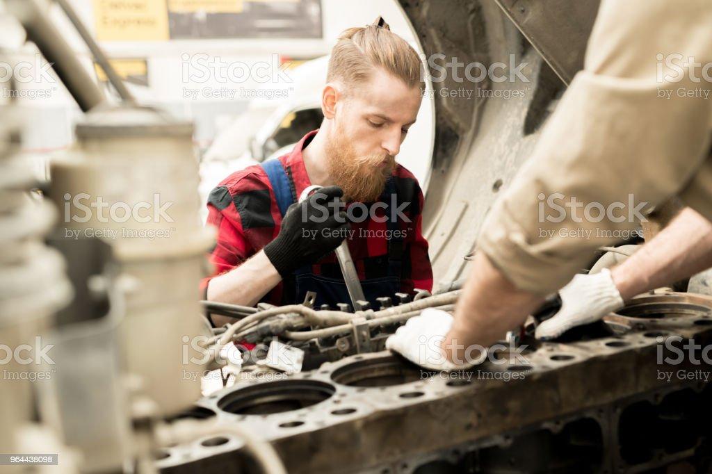 Homem que trabalha no serviço de carro - Foto de stock de Adulto royalty-free