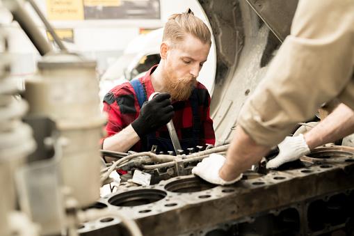 Foto de Homem Que Trabalha No Serviço De Carro e mais fotos de stock de Adulto