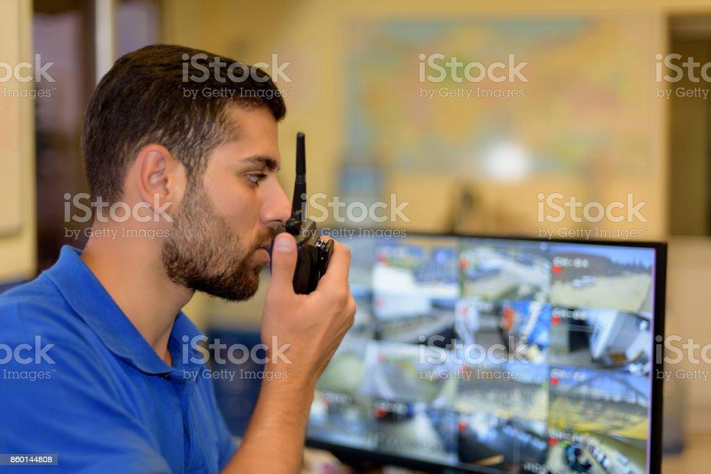 Homme travaillant dans la salle de contrôle - Photo