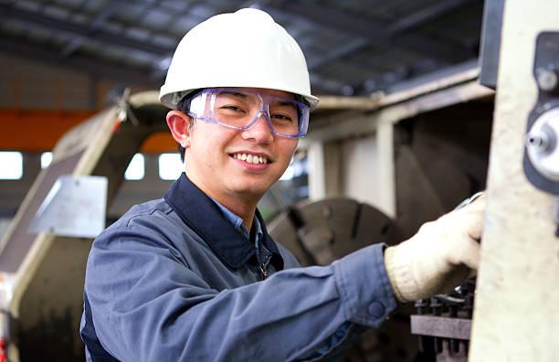Mann bei der Arbeit in Fabrik – Foto