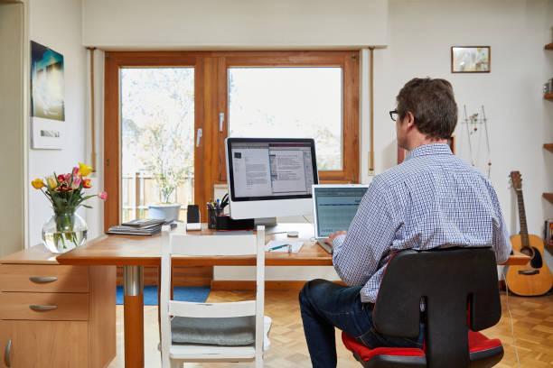 Mann arbeitet im Home Office – Foto