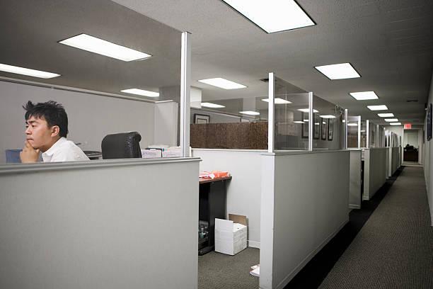 Homme travaillant dans le bureau - Photo
