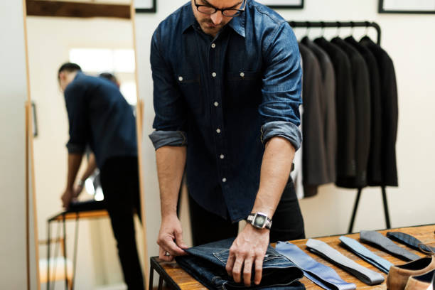 Man working in retail cloth shop - foto stock