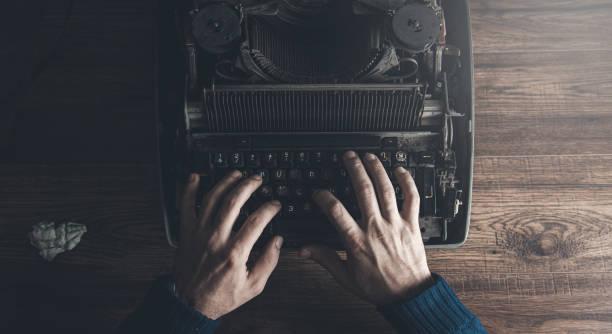 Mann arbeitet in Schreibmaschine auf dem Schreibtisch – Foto
