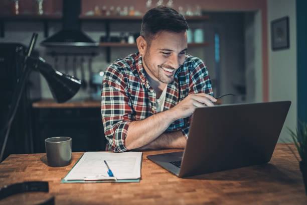 Mann arbeitet nachts an einem Laptop – Foto