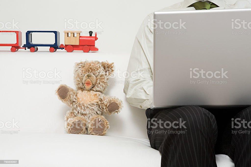 Ein Mann arbeitet auf dem laptop Lizenzfreies stock-foto