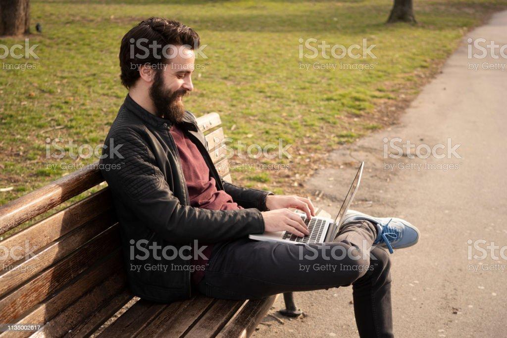 Mann arbeitet am Computer – Foto